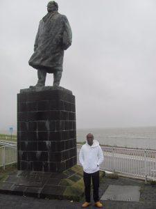 Samuel bij het standbeeld van Cornelis Lely
